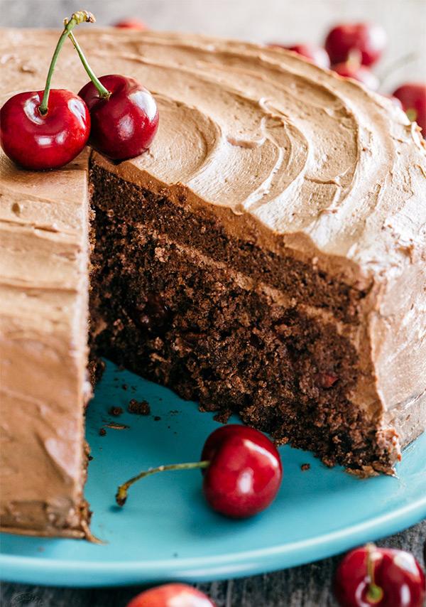 Вкусный шоколадный торт в вишней